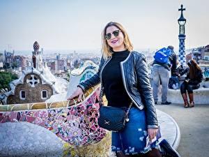 Desktop hintergrundbilder Spanien Park Handtasche Barcelona Blond Mädchen Brille Lächeln Jacke Tourismus Tourist Park Guel Städte