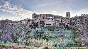 Bilder Spanien Gras Bäume Hügel Santa Pau, Girona Städte