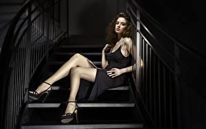 Fotos Treppe Braune Haare Kleid Sitzt Hand Bein High Heels junge Frauen
