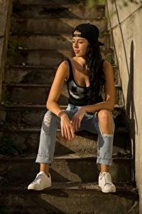 Hintergrundbilder Stiege Brünette Baseballcap Sitzen Hand Bein Jeans Sportschuhe Mädchens