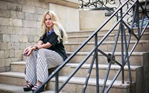 Bilder Treppe Zaun Blondine Sitzt junge frau