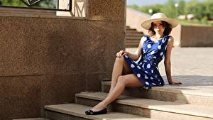 Bilder Treppe Der Hut Kleid Sitzen Bein junge Frauen