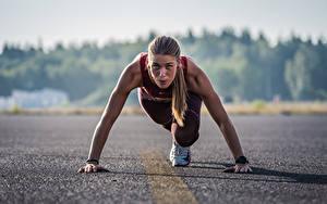 Hintergrundbilder Start Posiert Asphalt Blick Bokeh Laufen Mädchens
