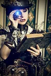 Fotos Steampunk Blondine Der Hut Bücher Zahnräder Hand junge frau