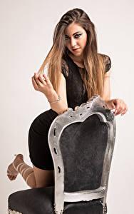 Hintergrundbilder Stühle Posiert Haar Blick Stefania Mädchens