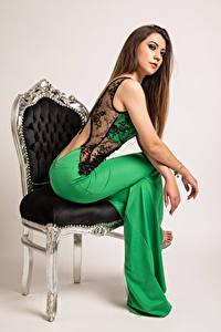 Bilder Model Stuhl Sitzend Kleid Stefania junge Frauen