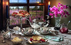 Hintergrundbilder Stillleben Löwenmäuler Kerzen Flötenkessel Konfitüre Backware Erdbeeren Vase Tasse Weckglas Öle Fenster das Essen Blumen
