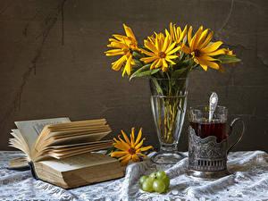 Hintergrundbilder Stillleben Gänseblümchen Tee Weintraube Vase Trinkglas Buch