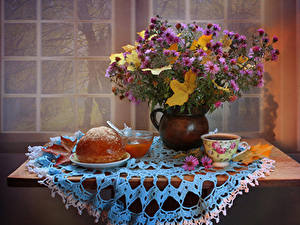 Fotos Stillleben Sträuße Astern Kaffee Brötchen Powidl Tisch Vase Tasse Lebensmittel Blumen