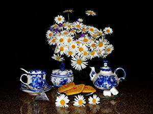 Fotos Stillleben Sträuße Kamillen Flötenkessel Kekse Schwarzer Hintergrund Tasse Lebensmittel Blumen