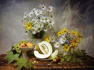 Bilder Stillleben Sträuße Kamillen Melone Trauben Pfirsiche Äpfel Blumen