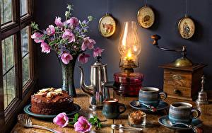 Hintergrundbilder Stillleben Sträuße Schmuckkörbchen Petroleumlampe Kaffee Torte Pfeifkessel Vase Becher Lebensmittel Blumen