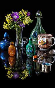 Hintergrundbilder Stillleben Sträuße Freesien Schwarzer Hintergrund Vase Tasse Flasche Spiegelung Spiegelbild Blumen