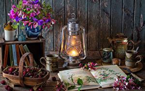 Bilder Stillleben Sträuße Petroleumlampe Kirsche Wand Buch Kronblätter Vase Becher