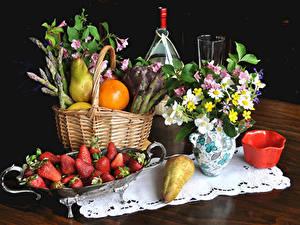 Fotos Stillleben Sträuße Erdbeeren Birnen Apfelsine Weidenkorb Vase Lebensmittel