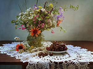 Fotos Stillleben Kamillen Gazania Kornblume Kirsche Vase Blumen Lebensmittel