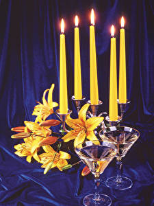 Hintergrundbilder Stillleben Kerzen Lilien Weinglas Blumen Lebensmittel