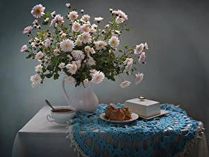 Fotos Stillleben Chrysanthemen Törtchen Vase Weiß Tasse Tisch Lebensmittel Blumen