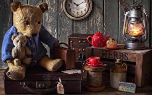 Hintergrundbilder Stillleben Uhr Petroleumlampe Teddy Pfeifkessel Törtchen Mauer Tasse Koffer Lebensmittel