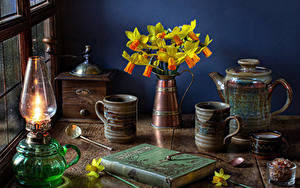 Fotos Stillleben Narzissen Petroleumlampe Flötenkessel Vase Becher Bücher Blüte