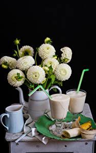 Bilder Stillleben Georginen Cocktail Bananen Schwarzer Hintergrund Kanne Weiß Trinkglas Lebensmittel Blumen