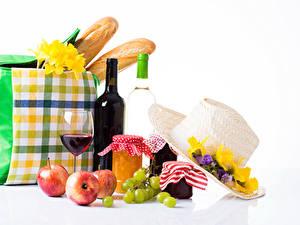 Hintergrundbilder Stillleben Freesien Warenje Weintraube Äpfel Wein Handtasche Brot Weißer hintergrund Weckglas Flaschen Weinglas Lebensmittel