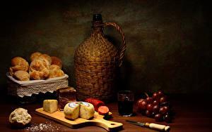 Fotos Stillleben Trauben Käse Backware Wurst Messer Wein Schneidebrett Flaschen Trinkglas