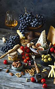 Bilder Stillleben Trauben Wein Tomate Oliven Käse Echte Feige Nussfrüchte Backware Bretter Weinglas Einweckglas das Essen