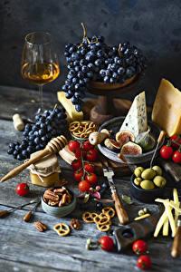 Bilder Stillleben Trauben Wein Tomate Oliven Käse Echte Feige Nussfrüchte Backware Bretter Weinglas Einweckglas