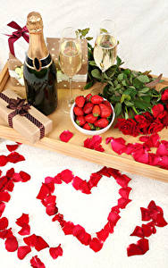 Fotos Stillleben Feiertage Rosen Erdbeeren Champagner Valentinstag Herz Rot Kronblätter Flasche Weinglas Geschenke Blumen Lebensmittel