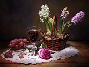 Fotos Stillleben Hyazinthen Wein Weintraube Rosen Tisch Weidenkorb Weinglas Blumen Lebensmittel