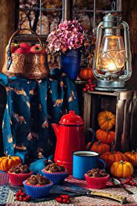 Hintergrundbilder Stillleben Petroleumlampe Äpfel Blumensträuße Hortensien Kürbisse Törtchen Kaffee Weidenkorb Becher Wilde rosafarbene frücht das Essen Blumen