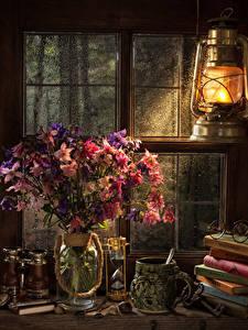 Bilder Stillleben Petroleumlampe Sträuße Sanduhr Vase Tasse Buch Brille Fenster Aquilegia Blumen