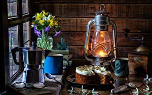 Hintergrundbilder Stillleben Petroleumlampe Torte Pfeifkessel Schneeglöckchen Narzissen Becher Vase Brille