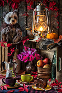 Hintergrundbilder Stillleben Petroleumlampe Teddybär Astern Äpfel Kaffee Kürbisse Tasse Lebensmittel