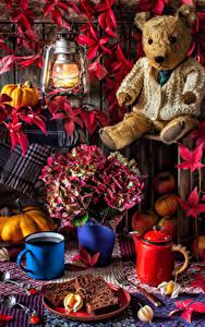 Hintergrundbilder Stillleben Petroleumlampe Knuddelbär Sträuße Pfeifkessel Backware Kürbisse Äpfel Becher Blütenblätter das Essen