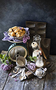 Bilder Stillleben Flieder Backware Milch Bretter Ast Flaschen Löffel Lebensmittel Blumen