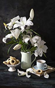 Bilder Stillleben Lilien Kaffee Kekse Bretter Vase Weiß Blütenblätter Tasse Blumen Lebensmittel