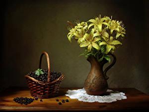 Bilder Stillleben Lilien Johannisbeeren Vase Gelb Weidenkorb Blumen Lebensmittel