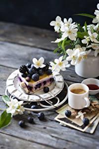 Desktop hintergrundbilder Stillleben Törtchen Heidelbeeren Brombeeren Kaffee Cappuccino Bretter Ast Becher Lebensmittel