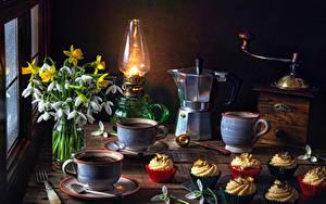 Hintergrundbilder Stillleben Schneeglöckchen Narzissen Petroleumlampe Flötenkessel Kaffee Kaffeemühle Törtchen Tasse Blumen