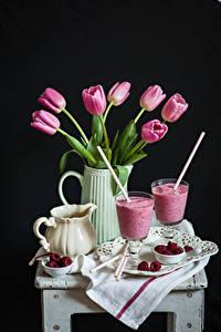 Bilder Stillleben Tulpen Himbeeren Schwarzer Hintergrund Kanne Weinglas
