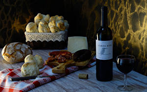 Bilder Stillleben Wein Brot Brötchen Wurst Käse Flaschen Weinglas Schneidebrett Lebensmittel