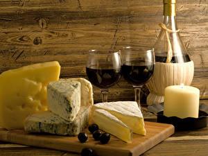Fotos Stillleben Wein Käse Kerzen Oliven Schneidebrett Flaschen Weinglas