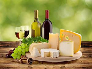 Fotos Stillleben Wein Weintraube Käse Flaschen Weinglas Schneidebrett