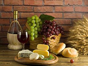 Bilder Stillleben Wein Weintraube Käse Brot Mauer Flasche Schneidebrett Weidenkorb Ähre Lebensmittel
