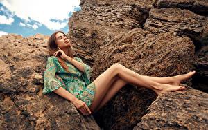 Hintergrundbilder Steine Viacheslav Krivonos Model Sitzend Kleid Bein Alisa Mädchens