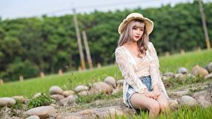 Desktop hintergrundbilder Steine Asiatisches Gras Dunkelbraun Der Hut Sitzen Blick Hand Mädchens