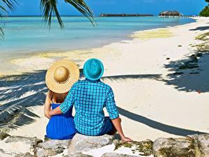 Fotos Stein Tropen Mann Resort Strände Umarmung Zwei Der Hut Sitzt Hinten Mädchens
