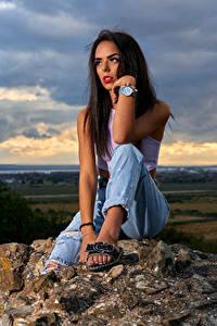 Hintergrundbilder Steine Armbanduhr Brünette Sitzt Jeans Starren Mädchens